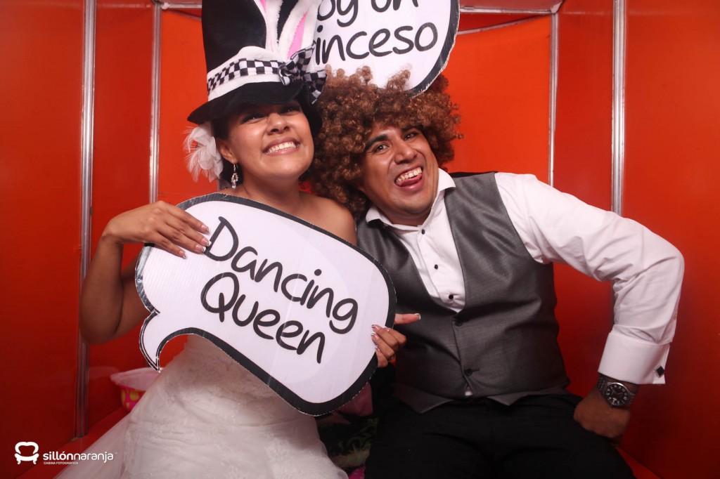 Foto Cabina Sillón Naranja en la Boda de Lidia y Carlos